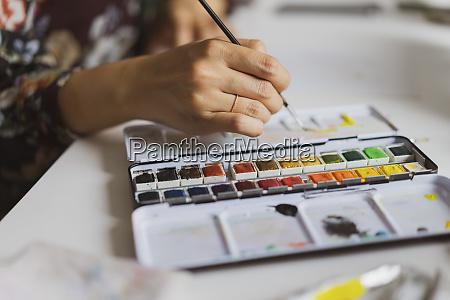illustratorenmalerei am arbeitsplatz in einem atelier