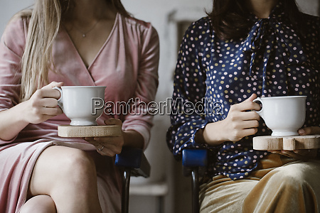 zwei frauen die nebeneinander sitzen und