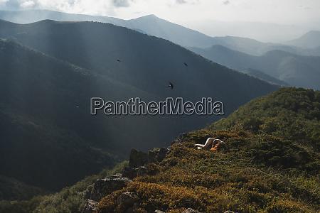 bulgarien balkangebirge nackte frau am boden