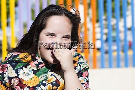 teenager maedchen mit daunensyndrom lachend hand