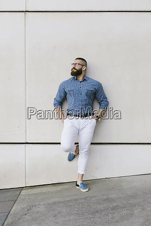 baertiger hipster geschaeftsmann traegt brille und