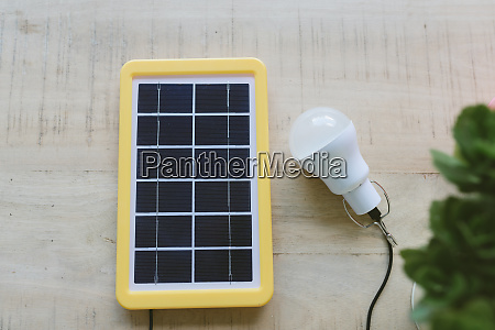 erneuerbare energietechnik solarzelle laedt eine gluehbirne