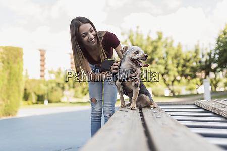 junge frau trainiert ihren hund in