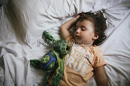 baby maedchen schlafend auf dem bett