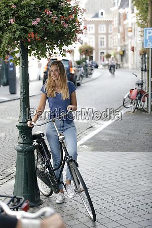niederlande maastricht junge frau mit fahrrad