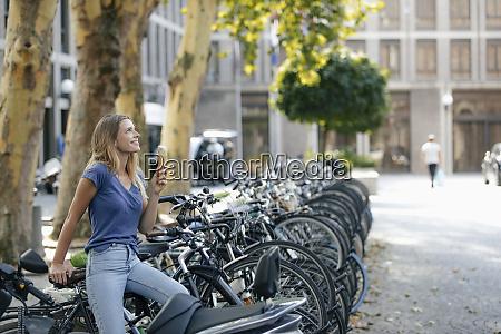niederlande maastricht laechelnde blonde junge frau
