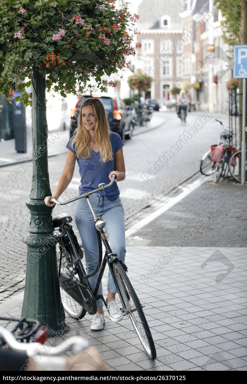 niederlande, maastricht, junge, frau, mit, fahrrad, in, der - 26370125