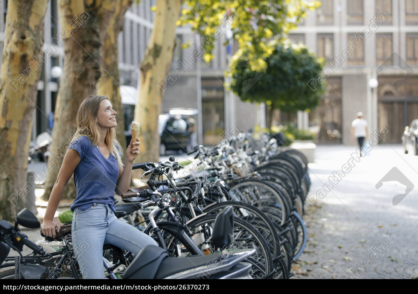 niederlande, maastricht, lächelnde, blonde, junge, frau, hält, eiskegel - 26370273