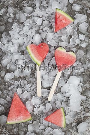 wassermelone herzeis lauert auf abgestuerzten eis