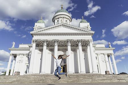 finnland helsinki frau springt vor der