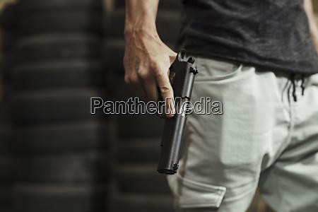 nahaufnahme des mannes der eine pistole
