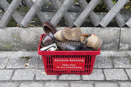 alemania coleccion de zapatos viejos donados