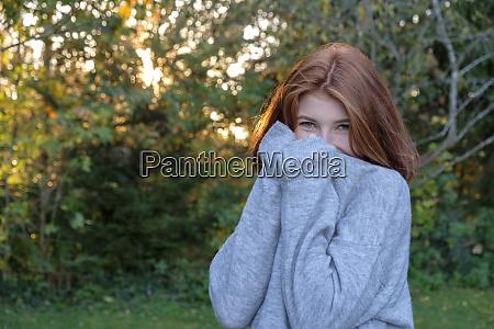 portraet von teenager maedchen traegt grauen