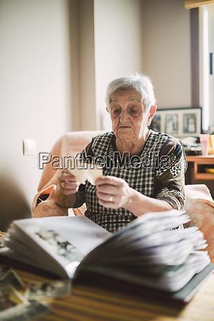 seniorin schaut auf foto bevor sie