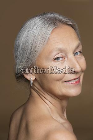 portraet der nackten seniorin mit grauen