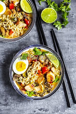 ramen suppe mit ei nudeln huehnerfleisch