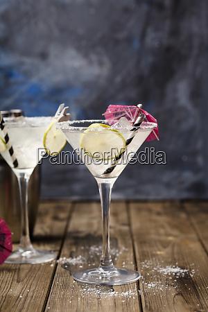 zwei glaeser margherita cocktail mit kalkscheiben