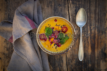 schuessel mit currygericht mit hokkaido kuerbis
