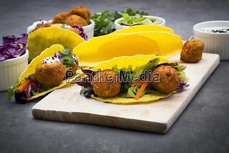 suesse kartoffelfalafel in taco muscheln mit