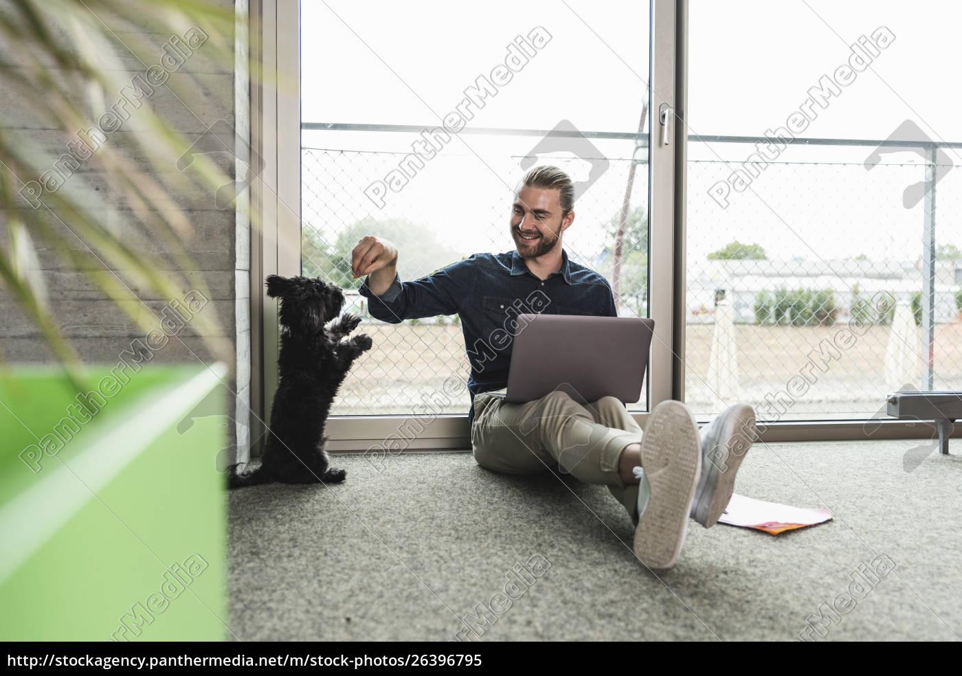 junger, geschäftsmann, mit, laptop, auf, dem - 26396795