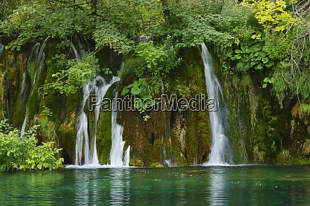 wasserfall im nationalpark plitvicer seen unesco