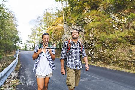 italien massa laechelndes junges ehepaar das