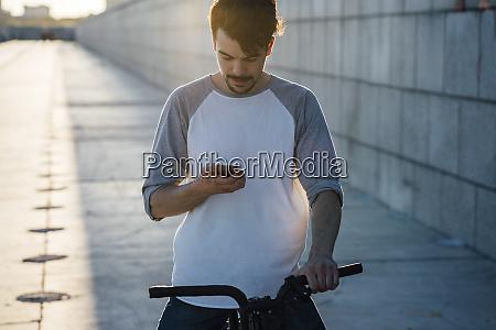 junger mann mit pendler fixie fahrrad