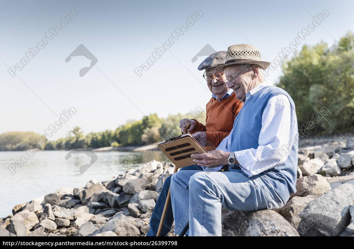 zwei, alte, freunde, sitzen, am, flussufer, mit - 26399798
