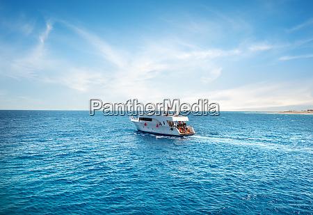 vergnuegungsboot im meer