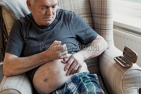 diabetischer mann spritzt insulin zu hause