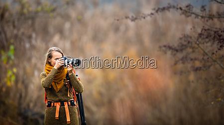 huebsche fotografin fotografiert im freien an