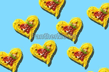 dekorative herzen der pasta auf blauem