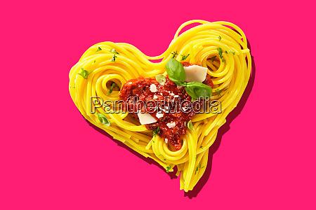 hart foermige pasta auf rosa hintergrund