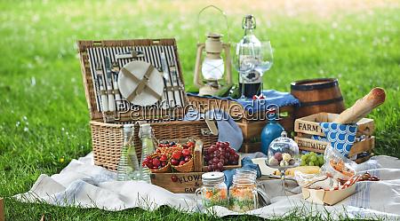 vintage picknick hamper mit mittagessen in