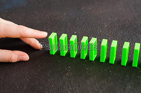 hand bereit dominostueck zu schieben um