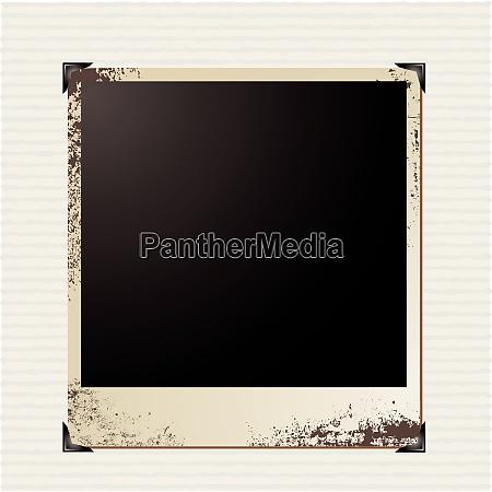 einzelnes polaroidbild auf gestreiftem papierhintergrund