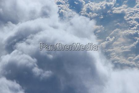 flug ueber wolken wunderbares panorama aus