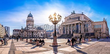 panoramablick auf den gendarmenmarkt in berlin