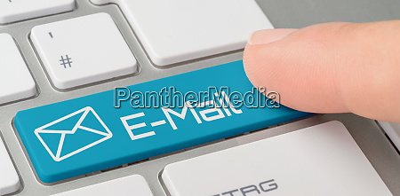 eine tastatur mit blau beschrifteter taste