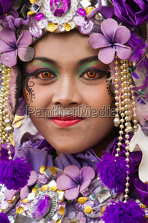 indonesische frau im karnevalskostuem feiert malans