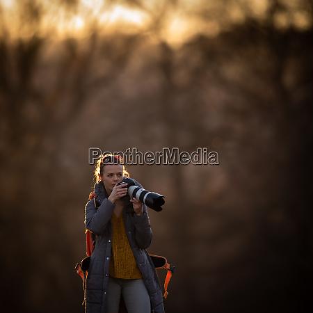 nette fotografin mit ihrer dslr kamera