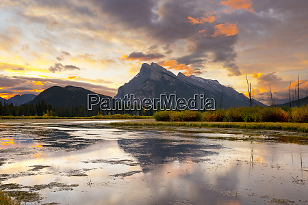 mount rundle und vermillion lakes at