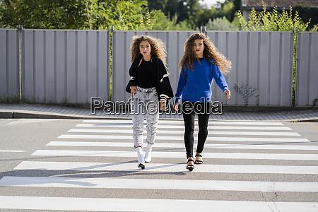 zwillinge zu fuss auf zebrastreifen