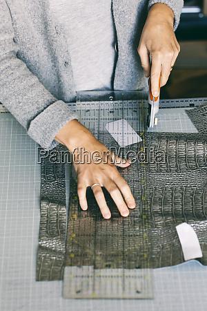nahaufnahme von modedesignern die an der