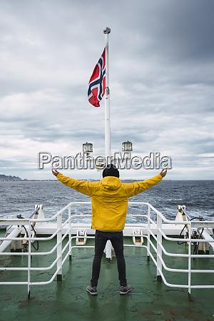 norwegen senja insel rueckansicht des mannes