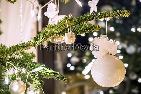 tannenzweig mit weisser weihnachtsdekoration