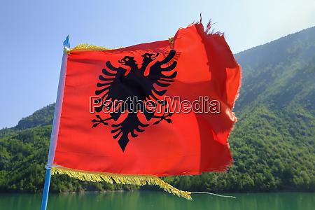 albanien shkoder koman see albanische flagge