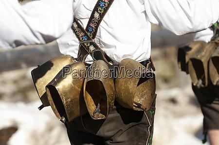 deutschland bayern mittenwald traditioneller faschingsumzug glockenruehrer