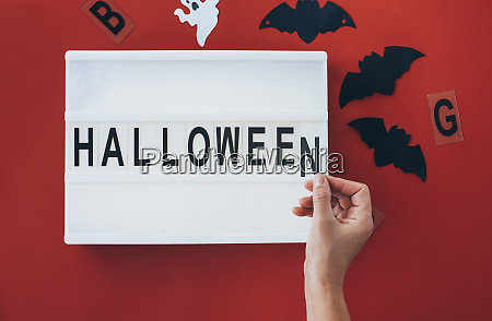 frau haende fuegen brief an halloween
