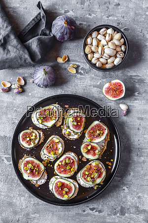 bread with goat cheese figs and